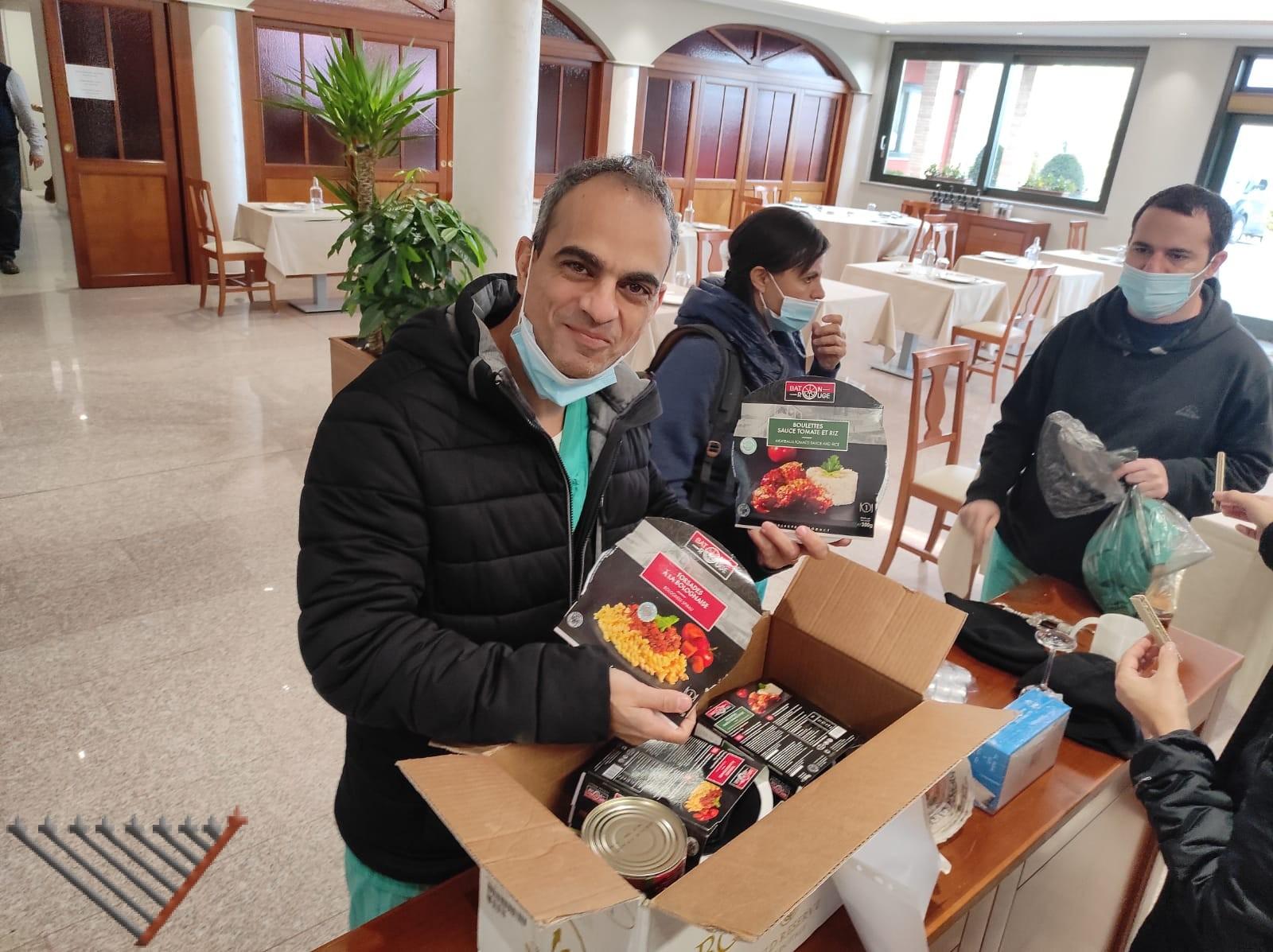 Delegation of covid doctors receive Kosher food